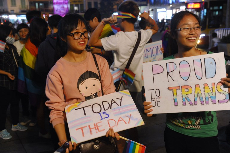 Members from the local lesbian, gay, bisexual and transgender (LGBT) community gather to celebrate a law newly approved by the National Assembly on transgenders in Hanoi on November 24, 2015. Vietnam has passed a landmark law enshrining rights for transgender people in a move advocacy groups say paves the way for gender reassignment surgery in the authoritarian communist nation. AFP PHOTO / HOANG DINH Nam / AFP / HOANG DINH NAM